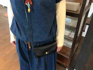 「手縫いで作る革小物」スマホポーチの製作黒色